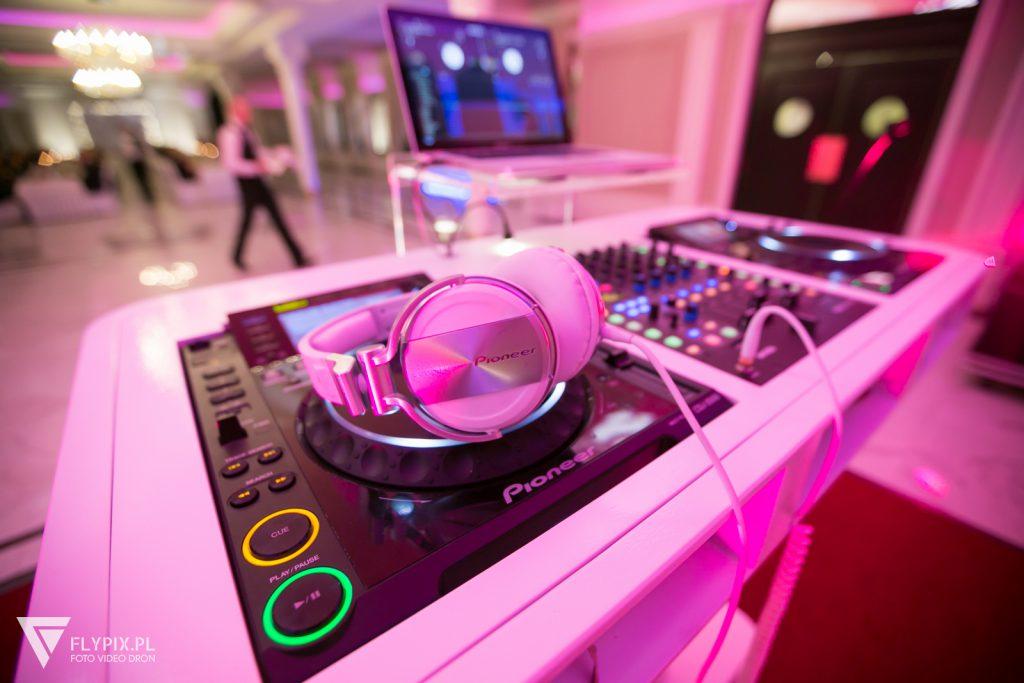 konsola dj-a który podczas wesela dba o odpowiedni repertuar muzyczny
