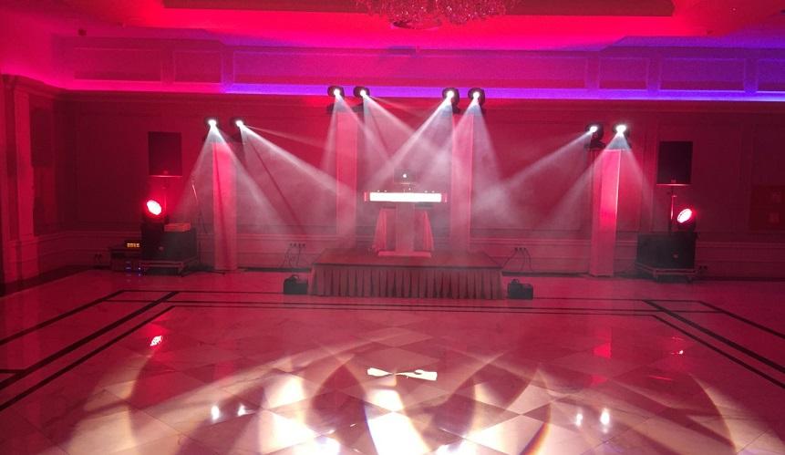 odpowiednia oprawa świetlna konsoli dj-a oraz parkietu na którym będą tańczyć maturzyści