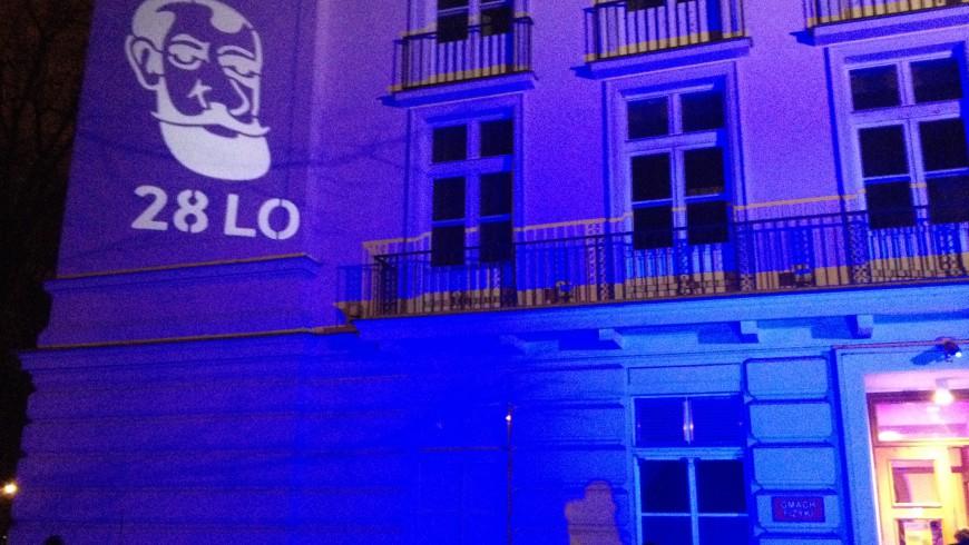 Dekoracja świetlna wyświetlana na budynku. Przy pomocy światła można generować dowolne obrazy, grafikę na budynkach, murze i innych obiektach