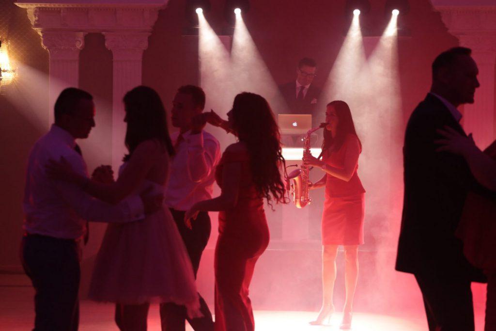 dj podczas wesela za swoją konsolą