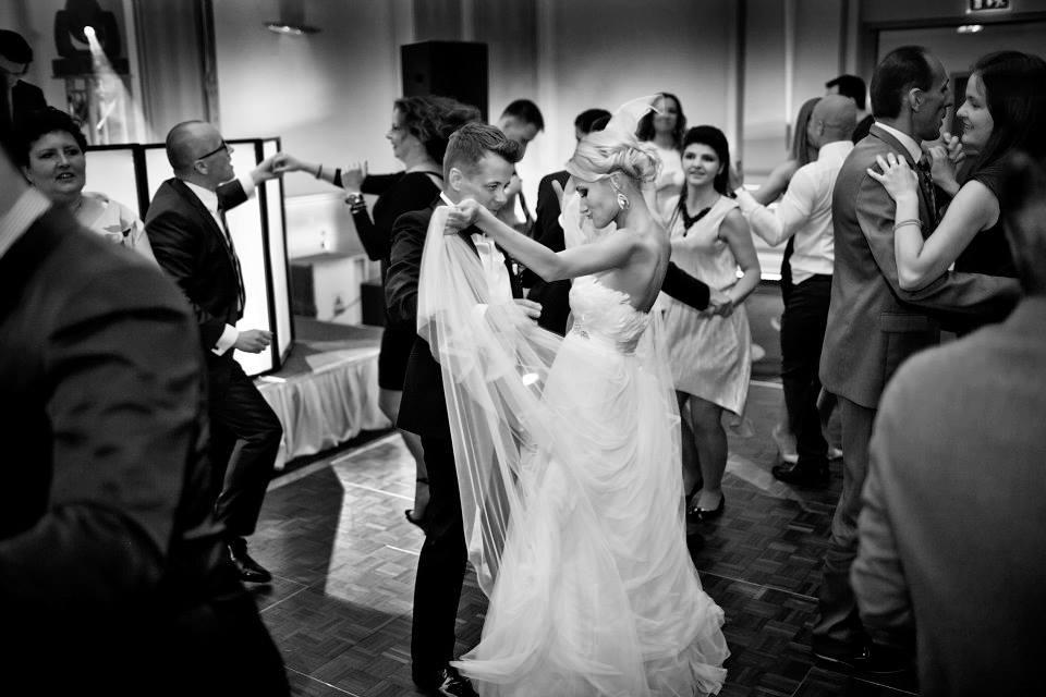 czarno białe zdjęcie przedstawiające bawiącą się młodą parę przy odpowiedniej oprawie muzycznej