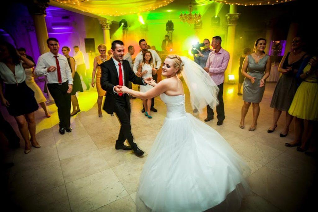 tańcząca młoda para podczas wesela