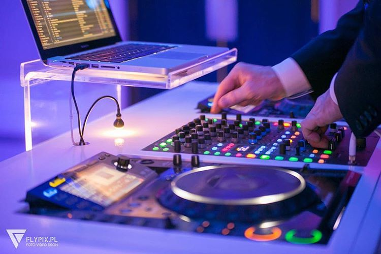 miksowanie muzyki przez dj-a w trakcie wesela
