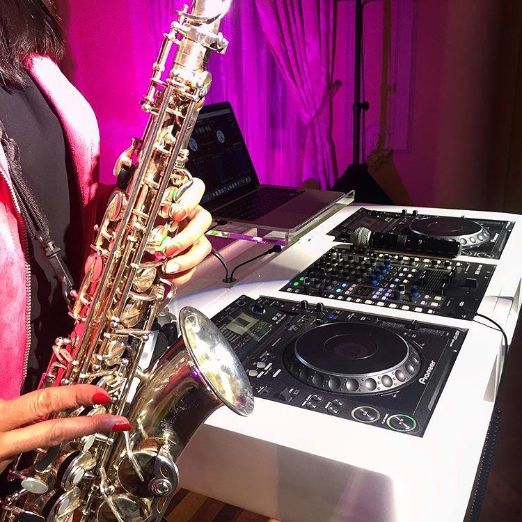 dj na imprezę razem z duetem saksofonistek może zapewnić odpowiednie tło muzyczne