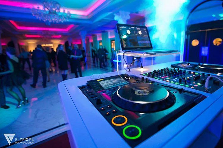 Dj za swoją konsolą miksuje muzykę na imprezie